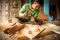 BHAKTAPUR,尼泊尔-工作在他的木车间的未认出的尼泊尔人 免版税库存图片