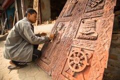 BHAKTAPUR,尼泊尔-工作在他的木车间的未认出的尼泊尔人 库存照片