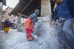 BHAKTAPUR,尼泊尔-工作在他的瓦器车间的尼泊尔人民 库存照片