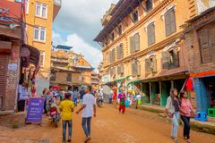 BHAKTAPUR,尼泊尔- 2017年11月04日:人人群在室外街市上在广场围拢老大厦 库存图片