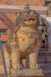 BHAKTAPUR,尼泊尔- 2017年11月04日:关闭在Nyatapola寺庙的台阶的石监护人雕象  免版税库存图片