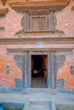 BHAKTAPUR,尼泊尔- 2017年11月04日:关闭老结构在一个土气镇,位于Bhaktapur,尼泊尔 库存图片