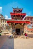 BHAKTAPUR,尼泊尔- 2017年11月04日:古老印度寺庙在Durbar广场在Bhaktapur,这是有更多的城市 免版税图库摄影
