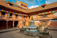 BHAKTAPUR,尼泊尔- 2017年11月04日:在古老印度寺庙里面的室内看法在Durbar广场在Bhaktapur,这 图库摄影