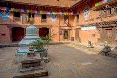 BHAKTAPUR,尼泊尔- 2017年11月04日:在古老印度寺庙里面的室内看法在Durbar广场在Bhaktapur,这 库存照片