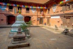 BHAKTAPUR,尼泊尔- 2017年11月04日:在古老印度寺庙里面的室内看法在Durbar广场在Bhaktapur,这 免版税库存照片