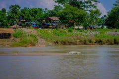 BHAKTAPUR,尼泊尔- 2017年11月04日:在旅行以后的未认出的游人在小船在河在Chitwan国家公园 免版税库存照片
