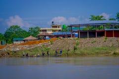 BHAKTAPUR,尼泊尔- 2017年11月04日:在旅行以后的未认出的游人在小船在河在Chitwan国家公园 库存照片