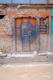 BHAKTAPUR,尼泊尔- 2017年11月04日:在Bhaktapur的老木门 库存照片