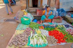 BHAKTAPUR,尼泊尔- 2017年11月04日:女性摊贩 菜供营商和所有者在Bhaktapur尼泊尔 在每 免版税库存图片