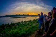 BHAKTAPUR,尼泊尔- 2017年11月04日:户外享受的美好的日落未认出的人在Chitwan国民 库存图片