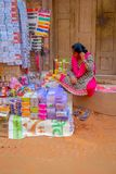 BHAKTAPUR,尼泊尔- 2017年11月04日:未认出的妇女在他们的商店里面的室外街市上在广场 免版税库存图片