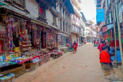 BHAKTAPUR,尼泊尔- 2017年11月04日:美好的工艺品在Durbar的商店在Bhaktapur,加德满都谷摆正 免版税图库摄影