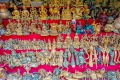BHAKTAPUR,尼泊尔- 2017年11月04日:美好的工艺品在Durbar的商店在Bhaktapur,加德满都谷摆正 库存照片