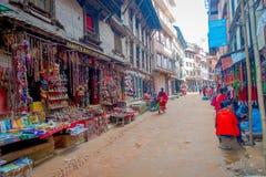 BHAKTAPUR,尼泊尔- 2017年11月04日:美好的工艺品在Durbar的商店在Bhaktapur,加德满都谷摆正 免版税库存图片