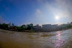 BHAKTAPUR,尼泊尔- 2017年11月04日:美好的风景在Rapti河的岸的一些大厦 Chitwan 免版税库存照片