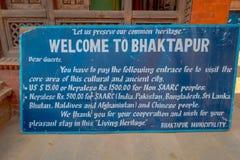 BHAKTAPUR,尼泊尔- 2017年11月04日:薪水费的情报标志输入参观被找出的不同文化  免版税库存照片
