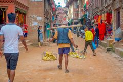BHAKTAPUR,尼泊尔- 2017年11月04日:走在室外的人人群在广场围拢的街市上  库存图片