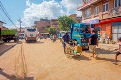 BHAKTAPUR,尼泊尔- 2017年11月04日:走在广场围拢的未认出的人民老和土气镇 免版税库存图片