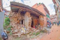 BHAKTAPUR,尼泊尔- 2017年11月04日:走在老和rustik镇的街道的未认出的人民,有a的 免版税库存照片