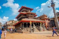 BHAKTAPUR,尼泊尔- 2017年11月04日:走在Durbar的古老印度寺庙的未认出的人民摆正  免版税图库摄影