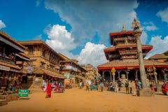 BHAKTAPUR,尼泊尔- 2017年11月04日:走在Durbar的古老印度寺庙的未认出的人民摆正  库存图片
