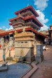 BHAKTAPUR,尼泊尔- 2017年11月04日:走在Durbar的古老印度寺庙的未认出的人民摆正  免版税库存图片