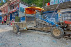 BHAKTAPUR,尼泊尔- 2017年11月04日:走接近一辆小卡车的未认出的人民在一个小镇,谷停放了 库存照片