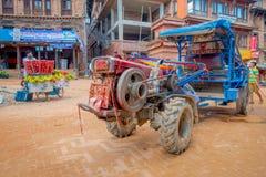 BHAKTAPUR,尼泊尔- 2017年11月04日:走接近一辆小卡车的未认出的人民在Taumadhi在Bhaktapur摆正 免版税库存图片