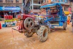 BHAKTAPUR,尼泊尔- 2017年11月04日:走接近一辆小卡车的未认出的人民在Taumadhi在Bhaktapur摆正 免版税库存照片