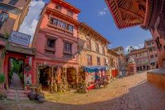 BHAKTAPUR,尼泊尔- 2017年11月04日:走近在BHAKTAPUR的一个街市,尼泊尔的未认出的人民 免版税图库摄影