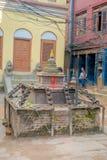 BHAKTAPUR,尼泊尔- 2017年11月04日:Cloise在古老印度寺庙输入的一个扔石头的结构在Durbar 库存图片