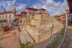 BHAKTAPUR,尼泊尔- 2017年11月04日:Nyatapola寺庙的台阶的石监护人在Taumadhi Tole, BHAKTAPUR的 免版税图库摄影