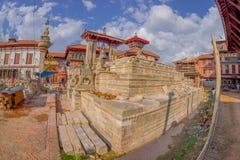 BHAKTAPUR,尼泊尔- 2017年11月04日:Nyatapola寺庙的台阶的石监护人在Taumadhi Tole, BHAKTAPUR的 免版税库存图片