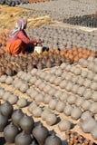 BHAKTAPUR,尼泊尔- 2014年12月30日:与烘干的瓦器的陶瓷工正方形在阳光下 免版税库存图片