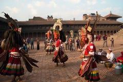 BHAKTAPUR,尼泊尔- 2013年4月19日:几个未知的喇嘛执行 库存图片