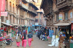 BHAKTAPUR,尼泊尔- 2014年12月31日:有传统房子门面的繁忙的商业街 库存图片