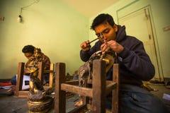 BHAKTAPUR,尼泊尔- DEC 5日2013年:运作在他的车间的未认出的尼泊尔tinman 库存图片