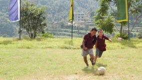 Bhaktapur, Катманду, Непал - монахи ребенка 18-ое октября 2018 буддийские играя футбол на зеленом луге Группа в составе мальчики  акции видеоматериалы