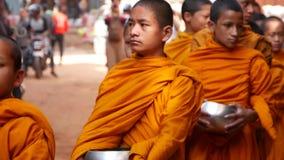 BHAKTAPUR, КАТМАНДУ, НЕПАЛ - парад шествия буддийских монахов 18-ое октября 2018 молодой идя для милостынь, детей видеоматериал
