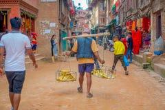 BHAKTAPUR, ΝΕΠΑΛ - 4 ΝΟΕΜΒΡΊΟΥ 2017: Πλήθος των ανθρώπων που περπατούν σε υπαίθριο στην αγορά οδών να περιβάλει plaza Στοκ Εικόνες