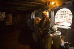 BHAKTAPUR, НЕПАЛ - бедные человеки в его доме Стоковое Изображение RF