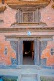 BHAKTAPUR, НЕПАЛ - 4-ОЕ НОЯБРЯ 2017: Закройте вверх старой структуры в деревенском городке, размещенный в Bhaktapur, Непал Стоковое Изображение