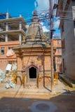 BHAKTAPUR, НЕПАЛ - 4-ОЕ НОЯБРЯ 2017: Старый купол и пакостная улица в деревенском городке, расположенном в Bhaktapur, Непал Стоковые Изображения