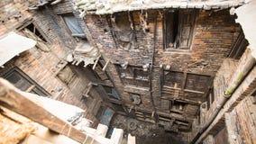 BHAKTAPUR, НЕПАЛ - дом непальца в центре города Стоковые Фотографии RF