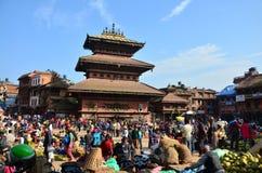 Bhaktapur Durbar游览和购物的广场市场 库存图片