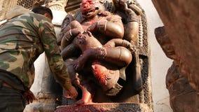 BHAKTAPUR, KATHMANDU, NEPAL - 18 de outubro de 2018 deus hindu Hanuman do macaco da visita dos povos de Newar em Durbar Royal Pal video estoque