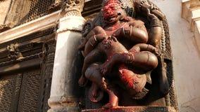 BHAKTAPUR, KATHMANDU, NEPAL - 18 de outubro de 2018 deus hindu Hanuman do macaco da visita dos povos de Newar em Durbar Royal Pal filme