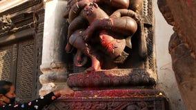BHAKTAPUR, KATMANDOU, NÉPAL - 18 octobre 2018 Dieu indou Hanuman de singe de visite de personnes de Newar dans Durbar Royal Palac banque de vidéos