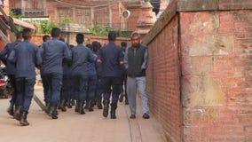 BHAKTAPUR, KATMANDOU, NÉPAL - 18 policiers et soldats armés portant la formation uniforme Puissance de parti communiste banque de vidéos